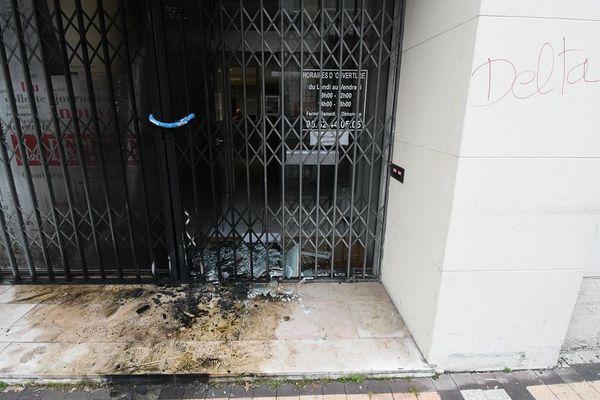 Les dégâts devant les locaux des deux journaux