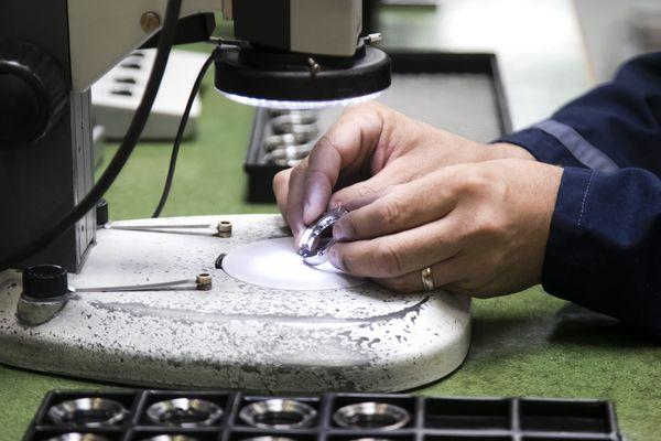 Image d'illustration dans une usine de l'entreprise Baud, société de décolletage et usinage de précision.