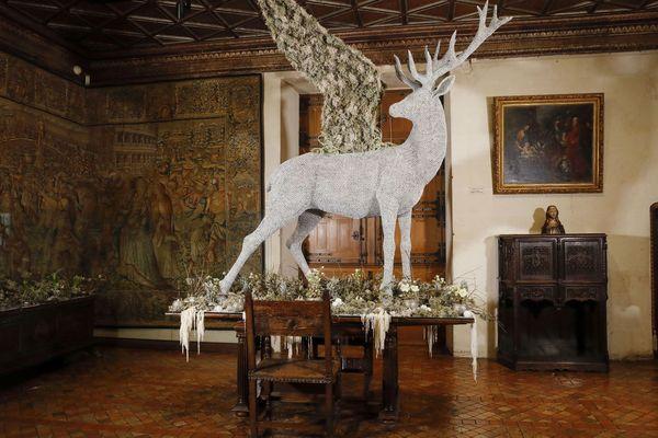 Un cerf réalisé par la plasticienne Amandine Bocquelet et agrémenté par l'atelier floral.