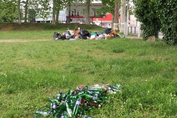 5 jours après les déchets jonchent toujours le parc des Sept Deniers