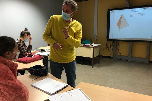 Au lycée Joffre de Montpellier, pendant la pandémie de Covid-19, les élèves sourds ont cours en présentiel à 100% mais les masques compliquent la communication