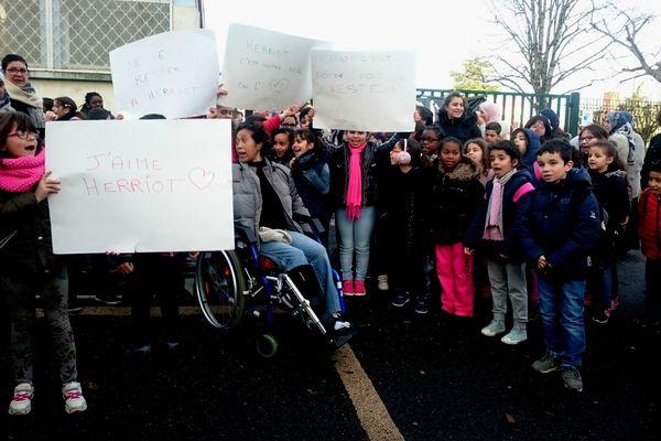 Soyaux : manifestation devant les deux écoles