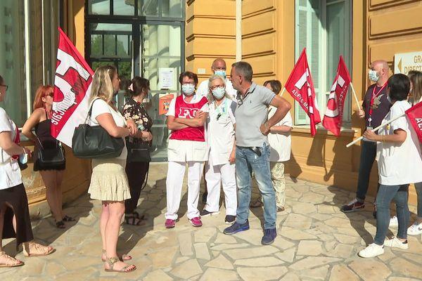 Manifestation devant l'hôpital de Cimiez à Nice du personnel hospitalier à l'appel de toutes les organisations syndicales pour obtenir des primes et plus de salaires.