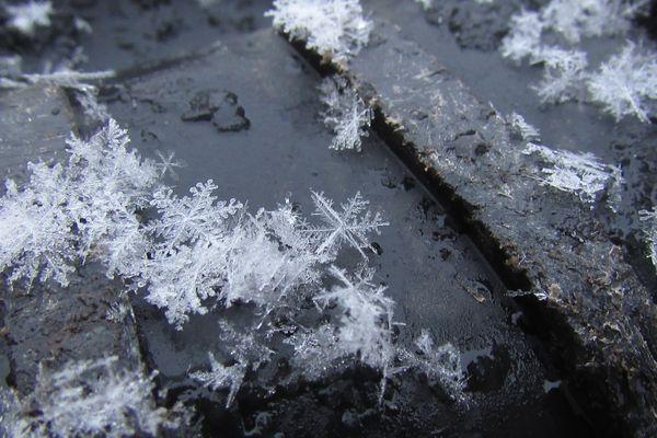Les flocons de neige ont parfois cette forme très typique et très nette
