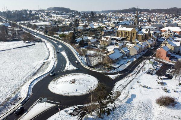 Pas de transports scolaires en Mayenne et en Sarthe ce jeudi 10 février 2021 du fait des conditions de circulation hivernales comme ici à Yvré-L'Évêque
