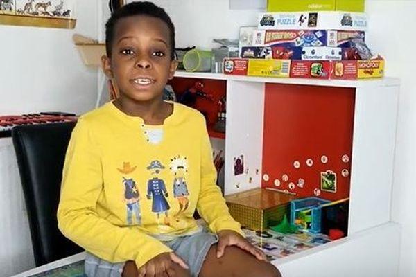 """À seulement 8 ans, Kayim a lancé sa chaîne YouTube intitulée """"j'aime apprendre""""."""