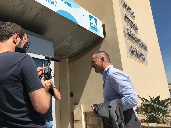 Gilles Simeoni rentre à l'Ira pour déposer son bulletin de vote dans l'urne.