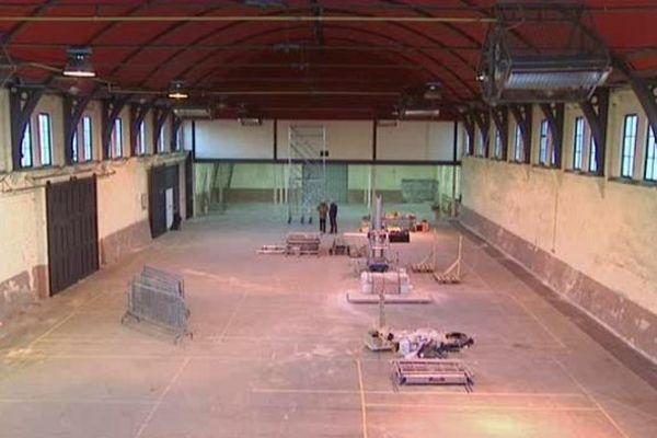 Les équipes du théâtre de Caen sont à pied d'oeuvre pour transformer l'ancien manège de l'académie équestre de Caen en salle de spectacle