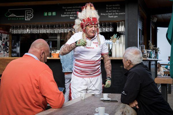 L'ancienne mascotte du Biarritz Olympique, Géronimo, partage un café avec des supporters le 10 juin 2021 à Biarritz, à l'avant-veille du derby basque qui se terminera par l'accession en Top 14.