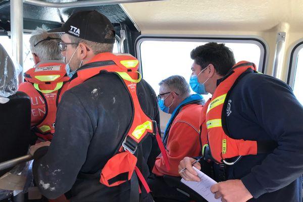 À bord de la Louve, le patron du chantier prend des notes. À ses côtés, le directeur technique de la SNSM est très attentif.