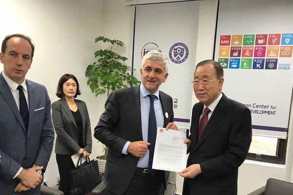 Hervé Morin rencontre Ban Ki-Moon à Séoul le lundi 30 octobre 2017.