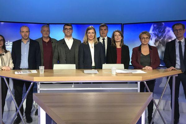 Les candidats : Nathalie Appéré, Matthieu Theurier, Enora Le Pape, Carole Gandon, Charles Compagnon, Emeric Salmon et Frank Darcel avec les journalistes Laëtita Cherbonnel et Robin Durand.