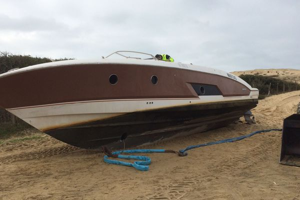 L'embarcation retrouvée sur une plage d'Hossegor ce mardi 30 janvier.