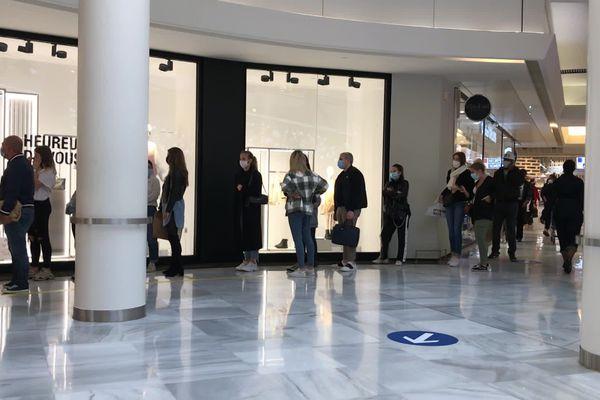 Une longue file d'attente devant une boutique de la Toison d'Or, ce lundi 11 mai 2020