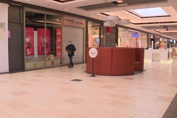"""Les enseignes """"textiles"""" de cette galerie commerçante en Charente n'ont pas rouvert ce lundi matin"""