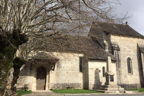 Il s'agit d'une femme d'une soixantaine d'années, originaire de Saint-Martial-de-Gimel, près de Tulle en Corrèze. Son mari a été placé en isolement, pour 14 jours. Tous deux revenaient d'un voyage à l'étranger.