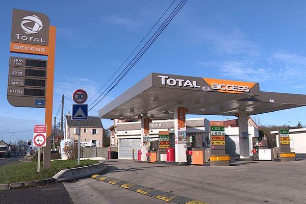 Des automobilistes font des réserves de carburant craignant la pénurie.