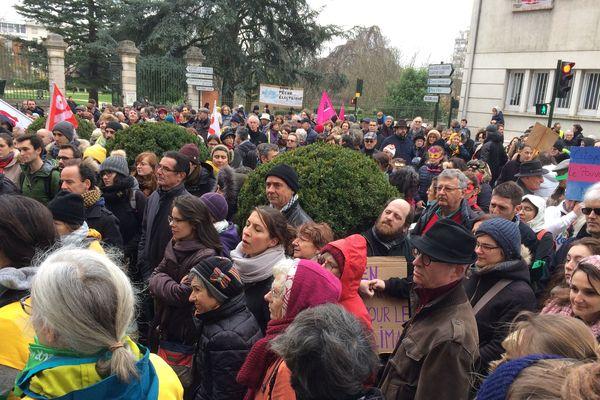Devant le Conseil départemental du Loiret : marche pour le climat du samedi 8 décembre