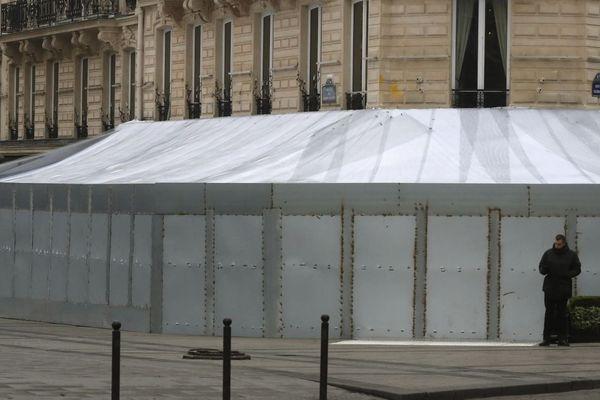 Le célèbre restaurant Le Fouquet's, barricadé samedi pour l'« acte 19 » des gilets jaunes, après avoir été dégradé et partiellement incendié la semaine précédente.
