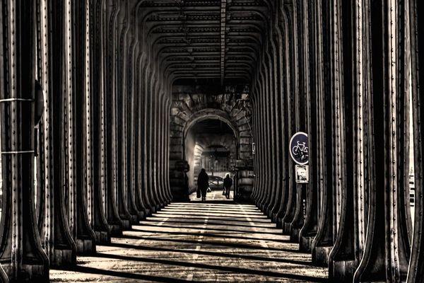 Dans la nuit de mercredi à jeudi, la marque Burberry a recouvert illégalement la piste cyclable du pont de Bir-Hakeim (Paris 15e et 16e) d'une publicité. (illustration)