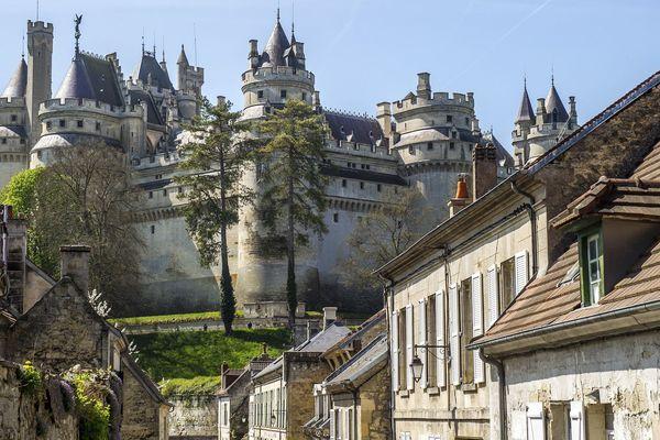 Pierrefonds et son château construit à la fin du XIVe siècle par le duc Louis d'Orléans. Démantelé au XVIIe, il se trouve à l'état de ruines lorsque Napoléon III décide d'en confier la reconstruction à l'architecte Eugène Viollet-le-Duc