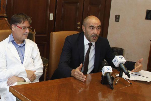 Lors d'un conférence de presse, à gauche le professeur Alberto Matteelli expert en maladies tropicales et Ezio Belleri directeur de l'hôpital de Trente.