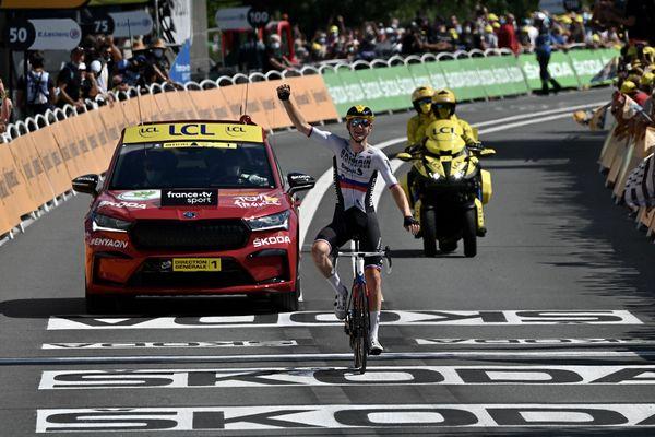 Le vainqueur d'étape slovène Matej Mohoric (Equipe Bahrain) célèbre sa seconde victoire en solo à l'arrivée de la 19e étape du Tour de France, vendredi 16 juillet 2021 à Libourne.