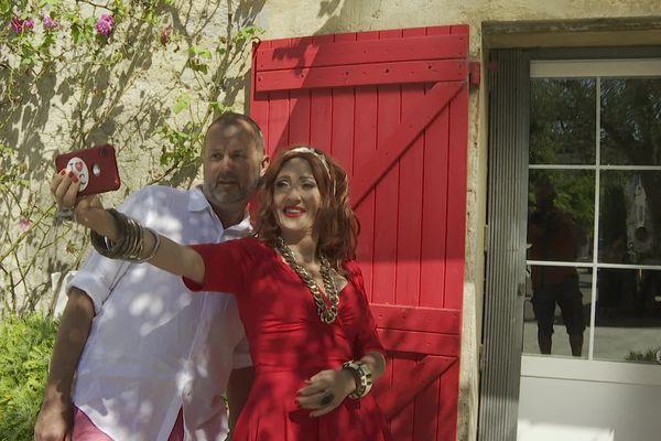 """""""Elle a les volets assortis à sa robe. C'est pas tout le monde qui a ça !"""" Marie-Colle en selfie devant sa maison de La Colle-sur-Loup."""