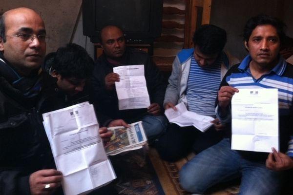 Victimes de policiers racketteurs, ils sont demandeurs d'asile bangladais, et vendent des roses à la sauvette