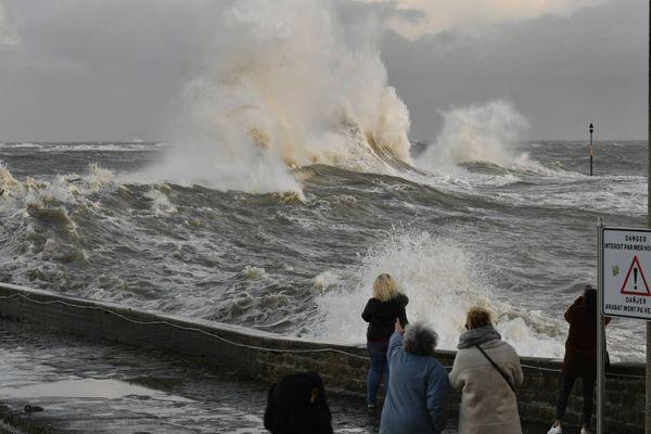 La tempête Aurore a touché la Bretagne et la Normandie ce mercredi 20 octobre laissant plus de 250 000 foyers sans électricité. / © Thierry Creux / Maxppp