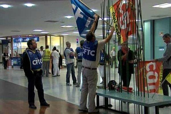 A l'appel des syndicats CGT, CFDT et Sud, les personnels du CHU de Caen se sont rassemblés pour exprimer leurs inquiétudes sur l'avenir du Centre Hospitalier