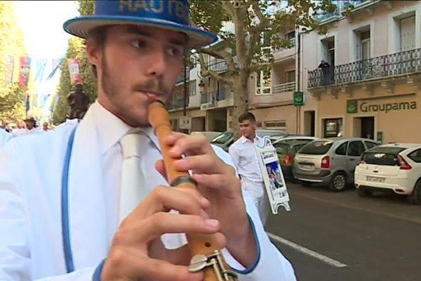 Raimbaut Lacombe en pleine représentation dans les rues sétoises.