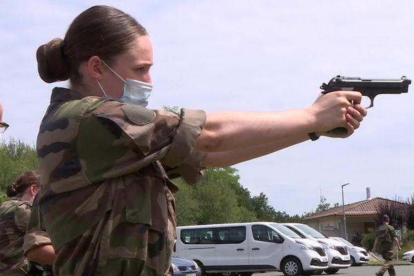 Julia, 17 ans, apprécie la rigueur et l'autorité militaire. Après son bac dans un an elle compte rejoindre l'effectif des réservistes tout en suivant des études supérieures.