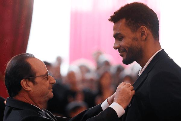 Adrien Dipanda décoré par le président François Hollande à l'Elysée, ce lundi 30 janvier 2017.