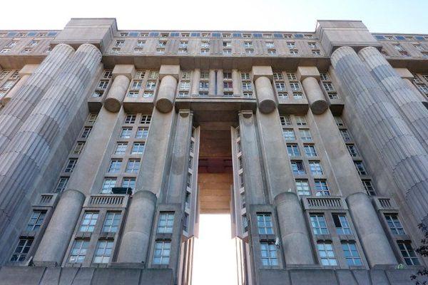 """Du haut de ses 18 étages, le """"Palacio"""" de Noisy-le-Grand, avec ses colonnes antiques, son dédale de coursives et ses ornements d'inspiration futuriste, colle parfaitement au décor d'Hunger Games."""