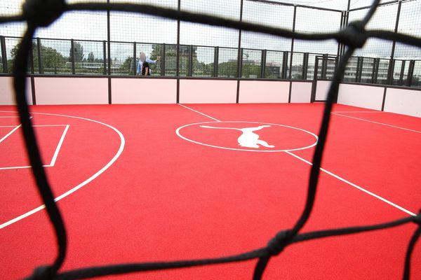 Un city stade football et basket-ball a été conçu pour permettre aux salariés de se détendre sans perturber les voisins.