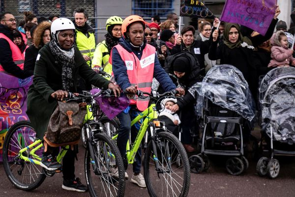 Les manifestantes se sont rassemblées au guidon de leur vélo, ce vendredi.