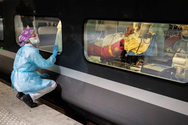 Des patients évacués de la gare d'Austerlitz vers des hôpitaux de l'ouest de la France moins touchés par l'épidémie. Photo prise le 1er avril 2020