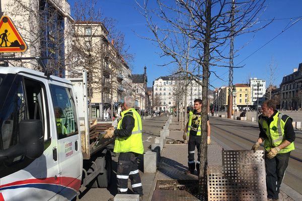 Les agents municipaux retirent tous les objets qui pourraient être utilisés par des casseurs samedi 23 février.