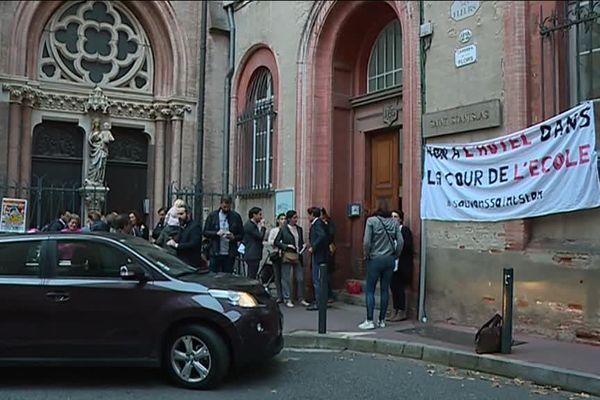 Vendredi matin devant l'école catholique