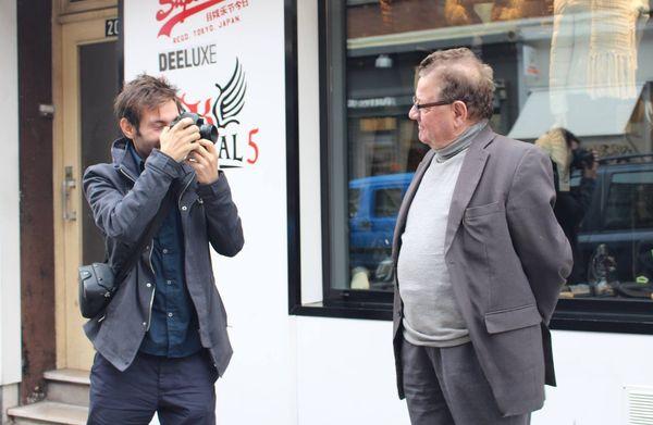 Albano Franzoso improvise chaque jour dans les rues de Dunkerque pour collecter les portraits