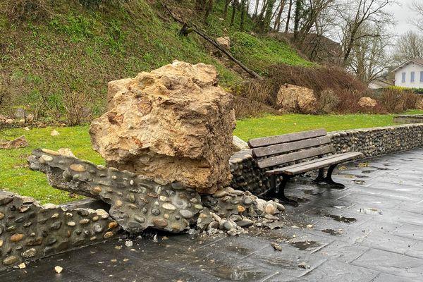 De gros blocs de pierre ont dévalé le talus.
