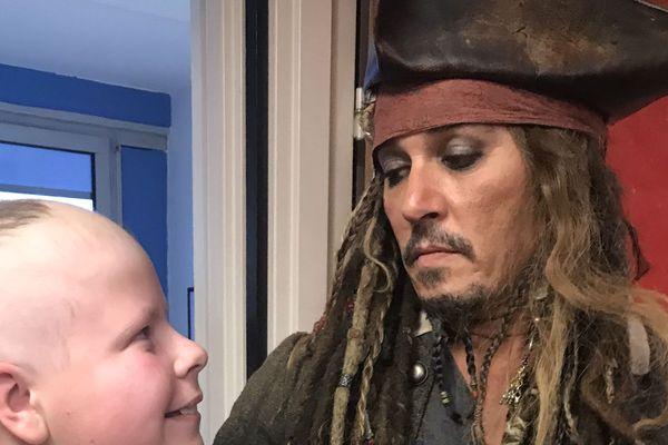 Johnny Depp a rendu une visite surprise aux enfants de l'Institut Curie, déguisé en Jack Sparrow, ce jeudi 27 décembre.