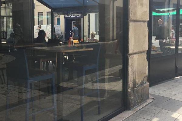 Les forces de police mènent des contrôles dans les bars, restaurants et commerces du Calvados, pour s'assurer du respect des gestes barrières.