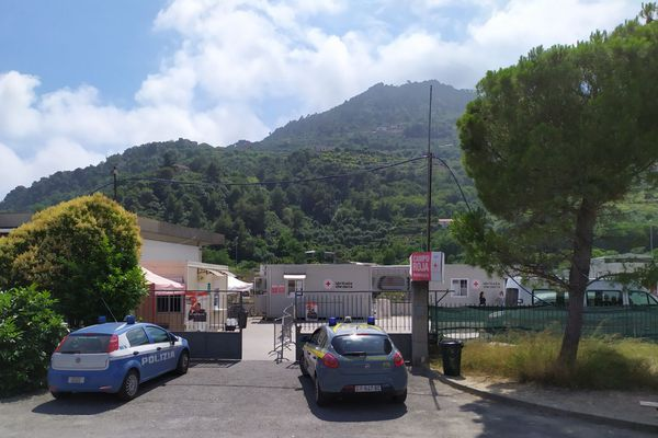 L'entrée du Campo Roja, le 30 juin durant son confinement. Il est ce lundi en cours de démantèlement.