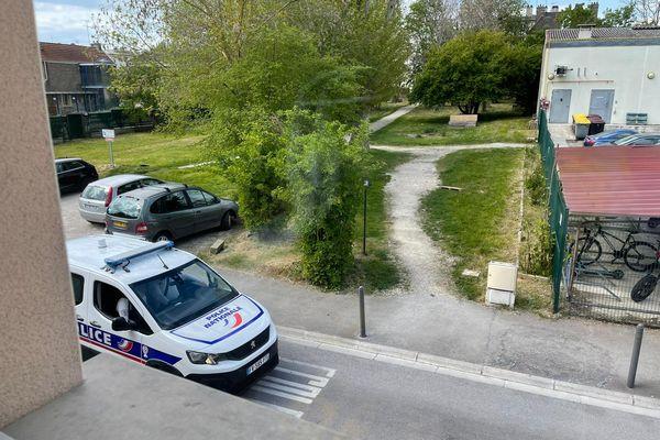 La Police contrôle les voyageurs misent en quarantaine par arrêté préfectoral