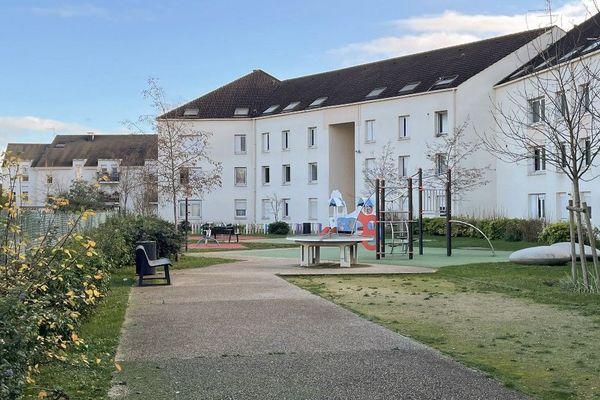 La famille avait emménagé il y a quelques mois à Limay dans les Yvelines dans cette résidence située dans un quartier calme.