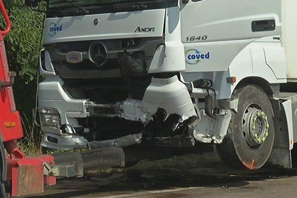 Le poids-lourd portait encore les traces du choc avec la voiture de la victime, avant d'être évacué par la dépanneuse.