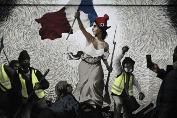 Sur un mur de Paris, la fresque présente une version revisitée d'un tableau d'Eugène Delacroix.