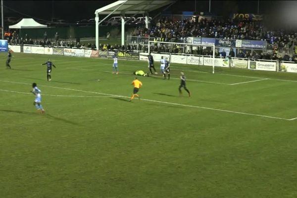 C 'est cette faute d'un joueur de Tours FC contre le gardien du FC Chambly qui serait à l'origine de l'altercation d'après-match.